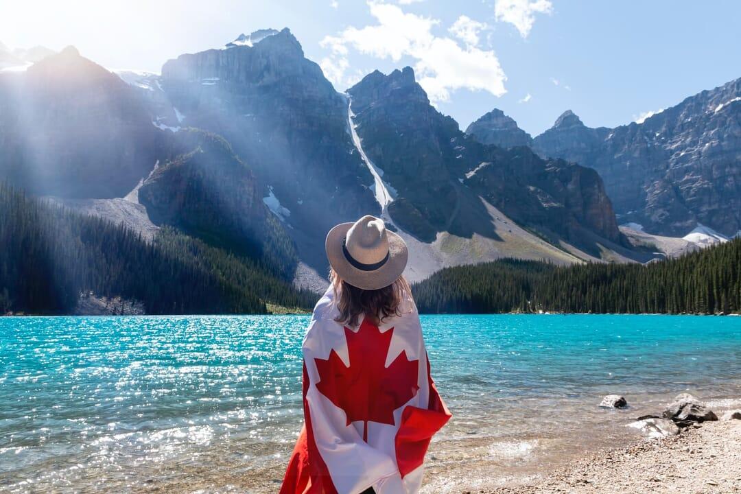 Vista a las montañas desde el lago Moraine, Canadá, 6 lagos turquesa