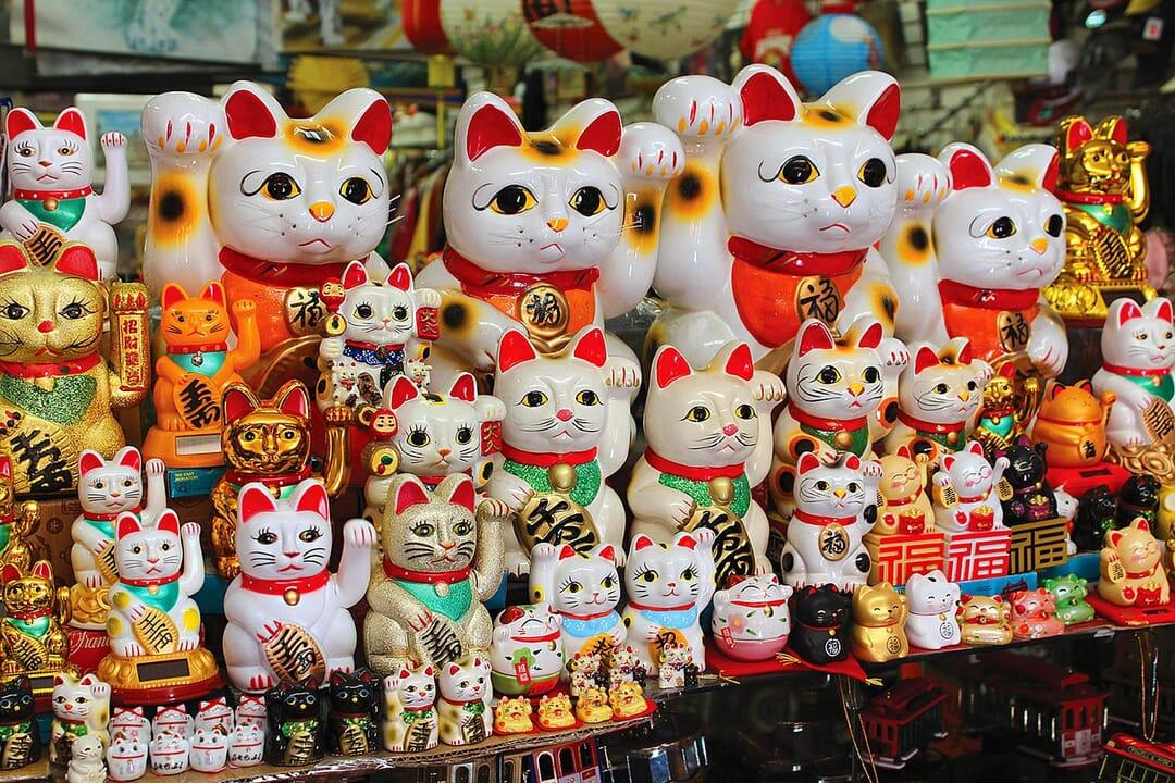 Maneki Neko, souvenir tradicional en Japón, 10 souvenirs que comprar