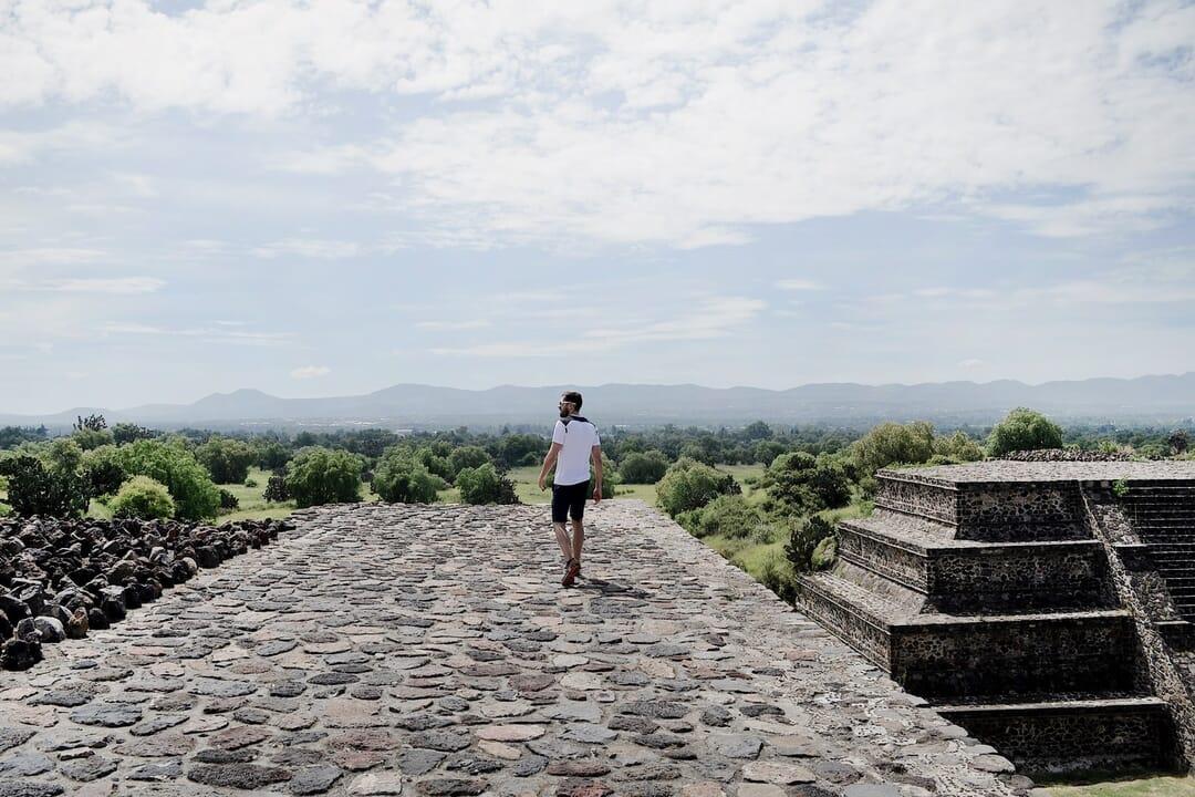 Viajero en Teotihuacan, que ver en México, viajar a 10 lugares imprescindibles